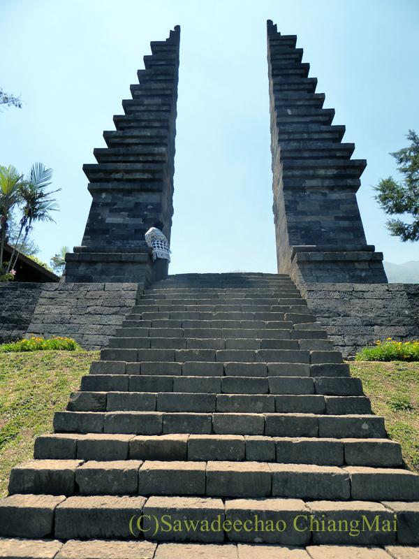 インドネシアのジャワ島にあるヒンドゥー遺跡、チュト寺院の門