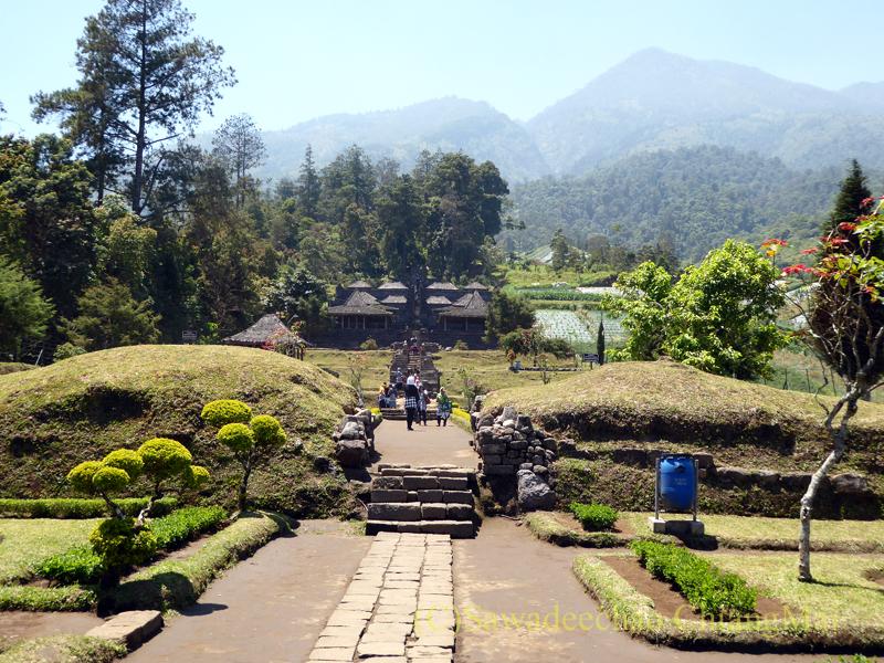 インドネシアのジャワ島にあるヒンドゥー遺跡、チュト寺院の2つ目の石門からの景色