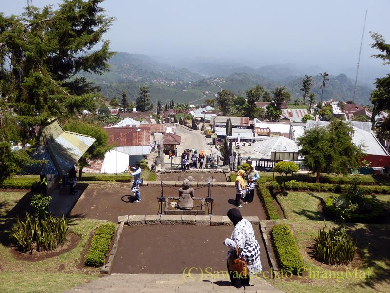 インドネシアのジャワ島にあるヒンドゥー遺跡、チュト寺院から見た平地