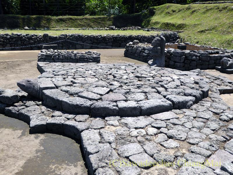 インドネシアのジャワ島にあるヒンドゥー遺跡、チュト寺院のリンガの根元の亀