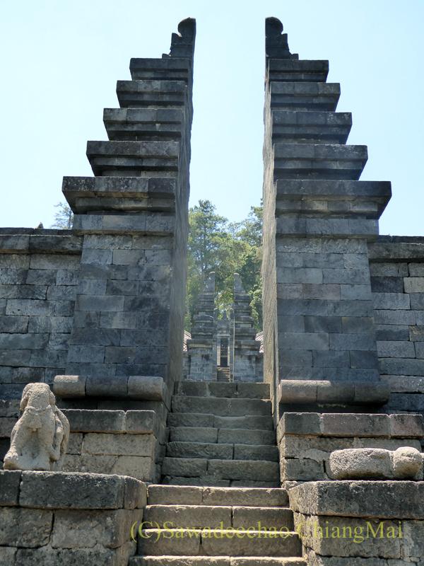 インドネシアのジャワ島にあるヒンドゥー遺跡、チュト寺院の2つ目の石門