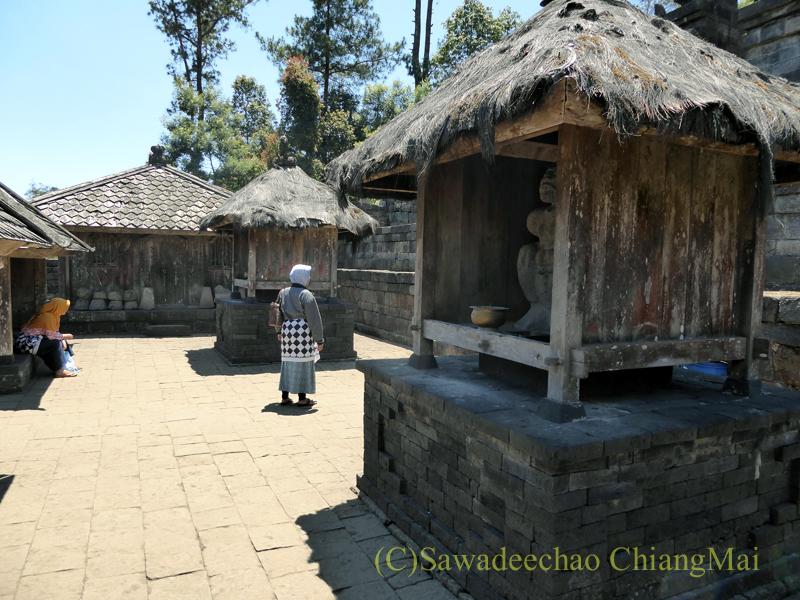 インドネシアのジャワ島にあるヒンドゥー遺跡、チュト寺院の祠の広場