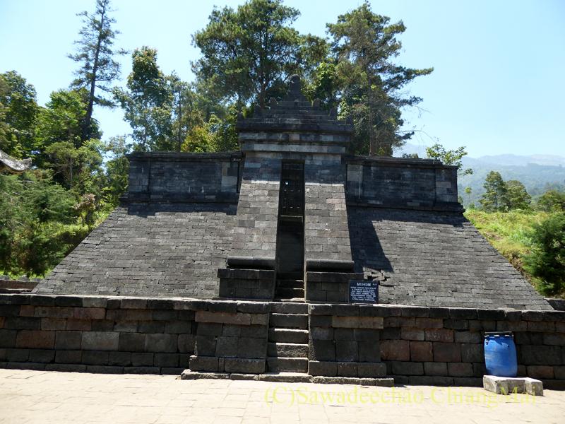 インドネシアのジャワ島にあるヒンドゥー遺跡、チュト寺院のヒンドゥー神の本殿概観