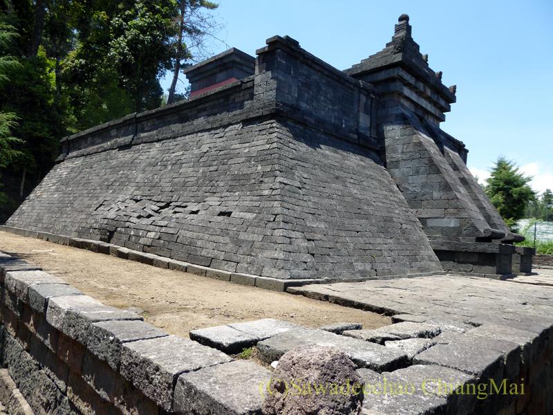 インドネシアのジャワ島にあるヒンドゥー遺跡、チュト寺院の本殿