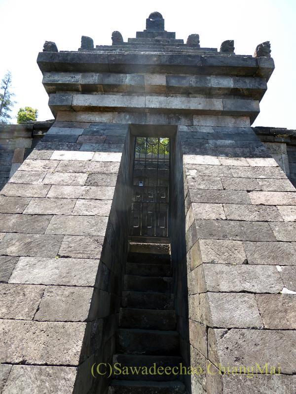 インドネシアのジャワ島にあるヒンドゥー遺跡、チュト寺院の本殿の階段