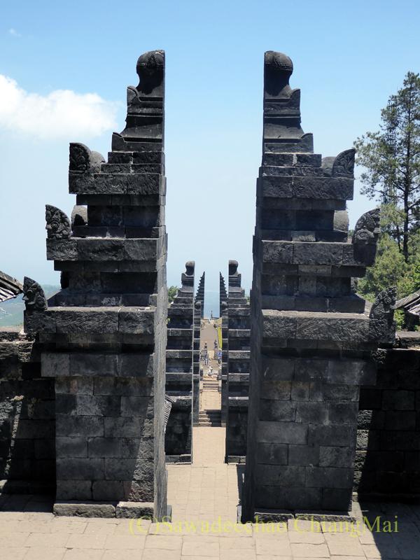 インドネシアのジャワ島にあるヒンドゥー遺跡、チュト寺院の3つの門