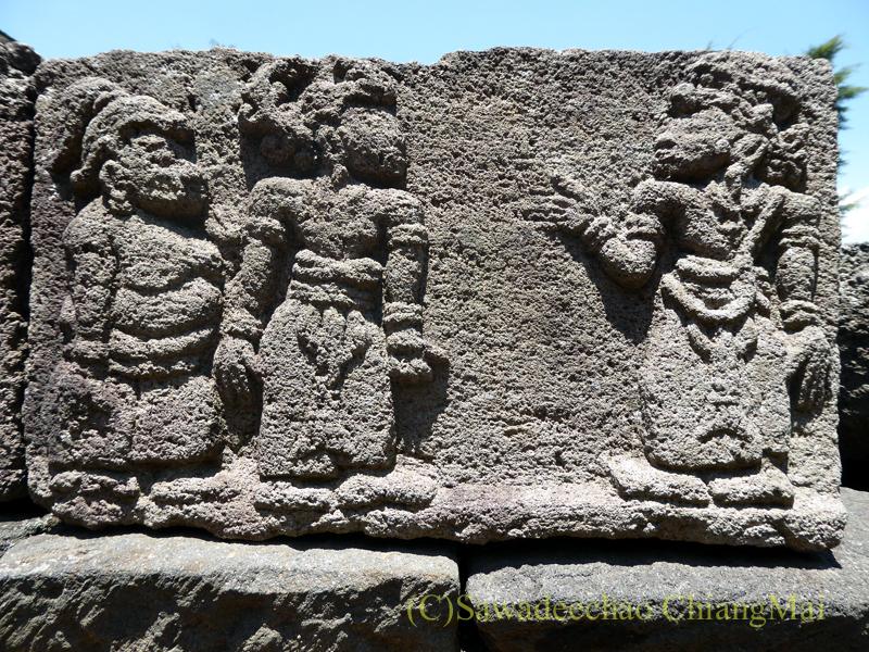 インドネシアのジャワ島にあるヒンドゥー遺跡、チュト寺院の石のレリーフ