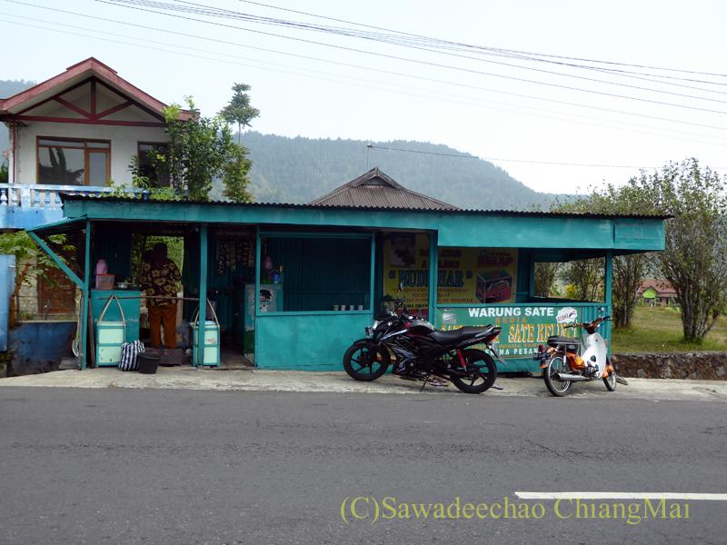 インドネシアのラウ山麓にあるウサギ肉のサテを食べた店
