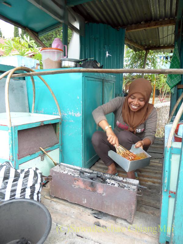 インドネシアのラウ山麓にあるウサギ肉のサテを食べた店の焼き台