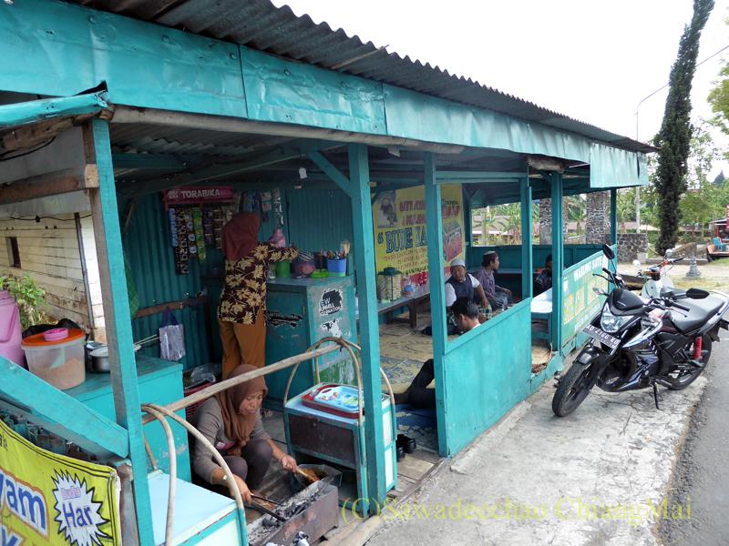 インドネシアのラウ山麓にあるウサギ肉のサテを食べた店概観