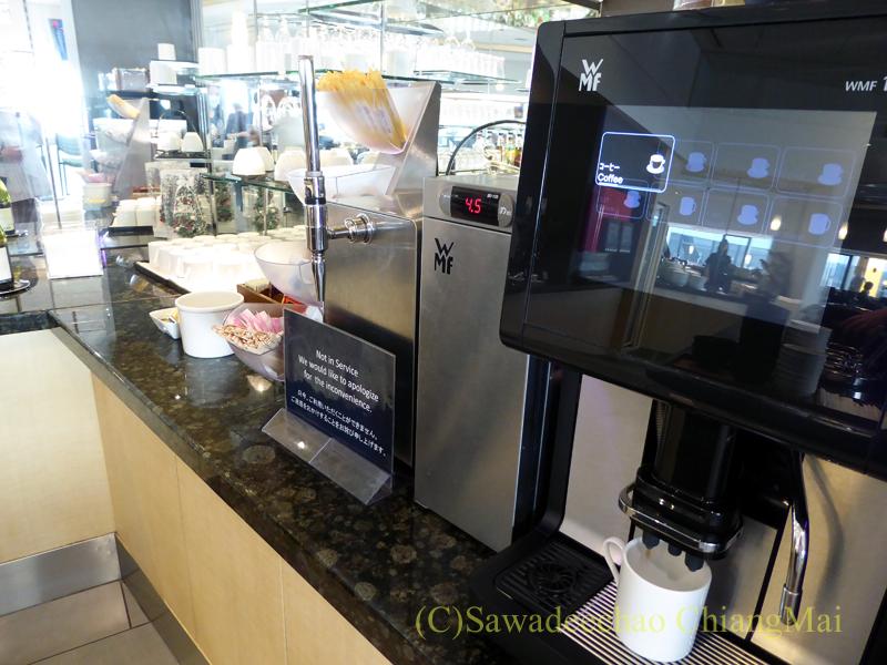 成田空港のデルタ航空ラウンジ「デルタスカイクラブ」のコーヒーマシン