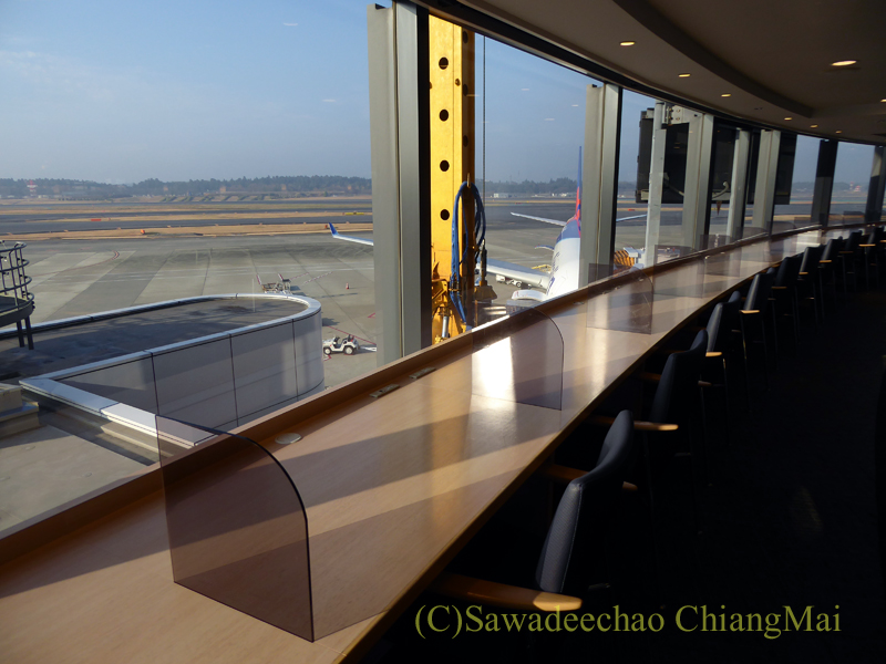 成田空港のデルタ航空ラウンジ「デルタスカイクラブ」の窓際の席