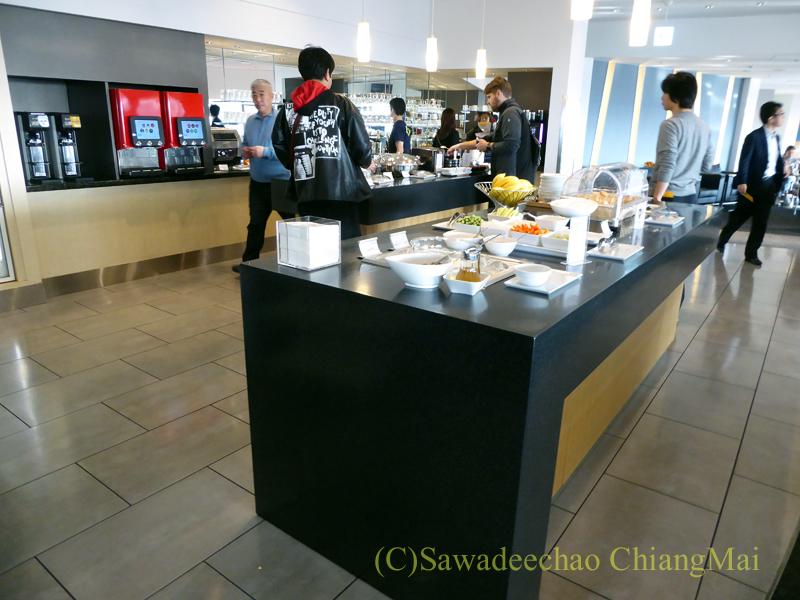 成田空港のデルタ航空ラウンジ「デルタスカイクラブ」の飲食物コーナー概観