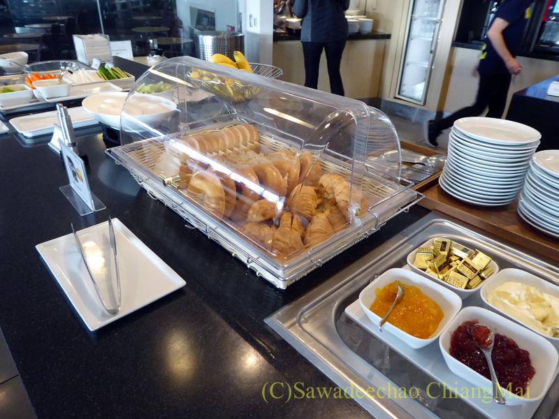 成田空港のデルタ航空ラウンジ「デルタスカイクラブ」のパン類のコーナー