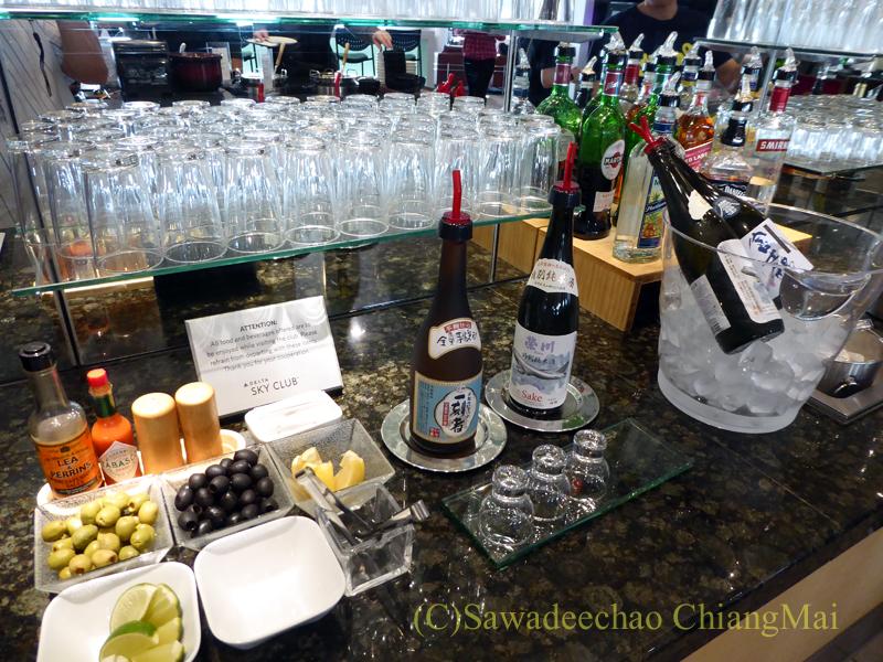 成田空港のデルタ航空ラウンジ「デルタスカイクラブ」の日本酒のコーナー