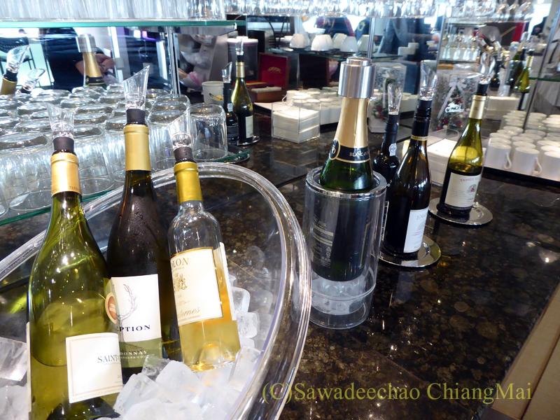 成田空港のデルタ航空ラウンジ「デルタスカイクラブ」のワインのコーナー