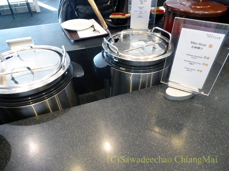 成田空港のデルタ航空ラウンジ「デルタスカイクラブ」のみそ汁とスープのコーナー