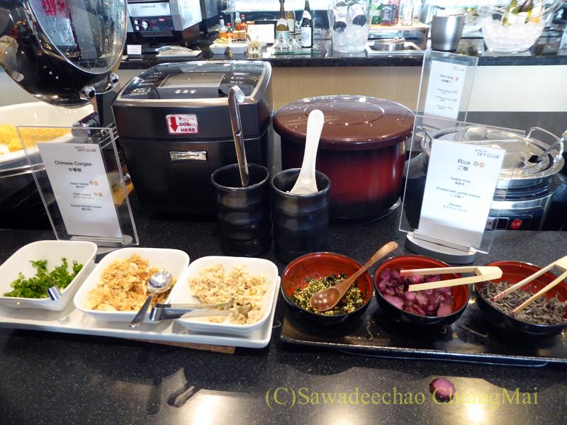 成田空港のデルタ航空ラウンジ「デルタスカイクラブ」の日本食のコーナー
