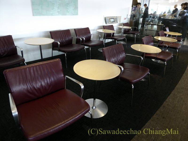 成田空港のデルタ航空ラウンジ「デルタスカイクラブ」の奥のイス席