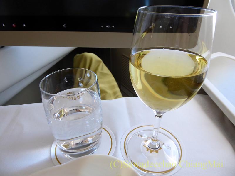 ベトナム航空VN301便ビジネスクラスで出た食前酒の白ワイン