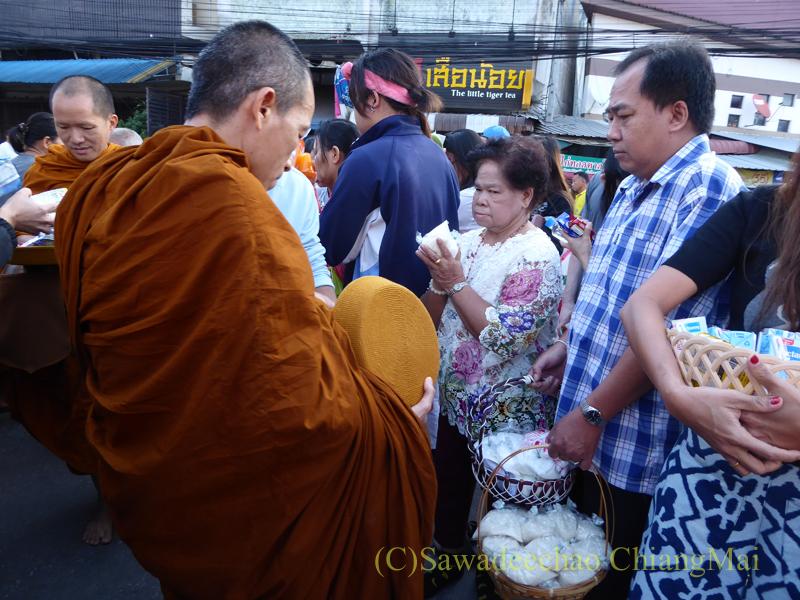 チェンマイの元旦の特別タムブンで托鉢をする僧侶