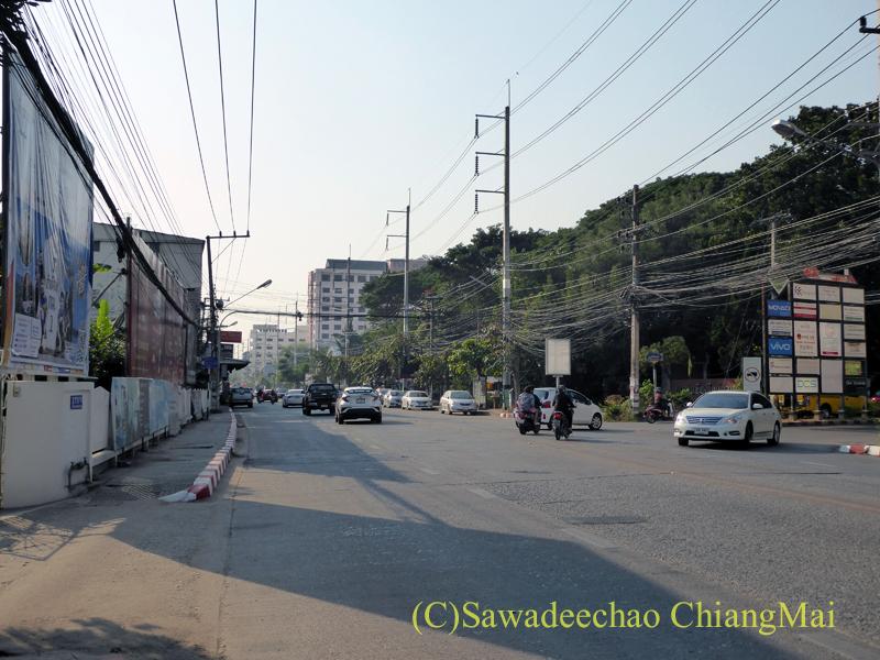 チェンマイ市内を走るチャーンクラーン通り