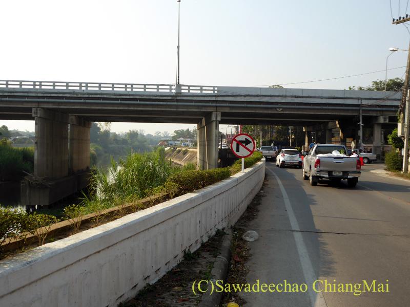 チェンマイのピン川右岸の道と第2環状道路との立体交差