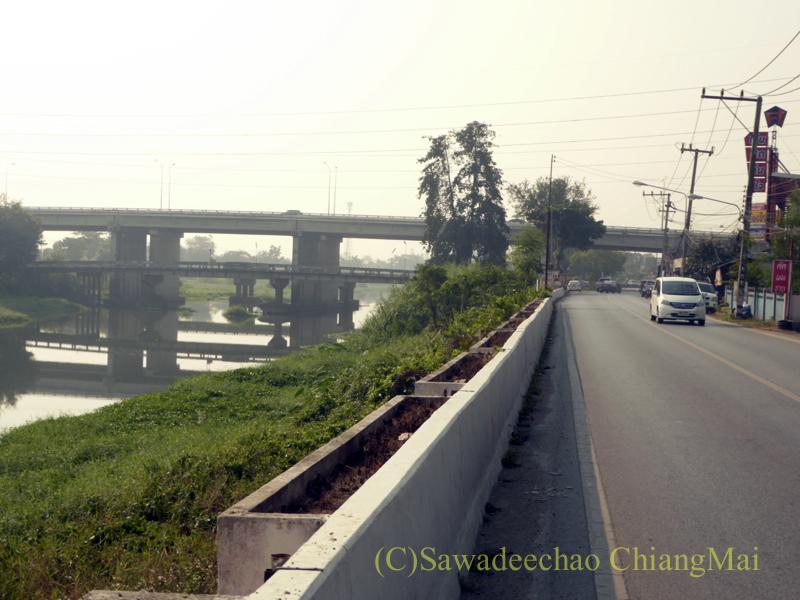 チェンマイのピン川右岸の道と第3環状道路との立体交差