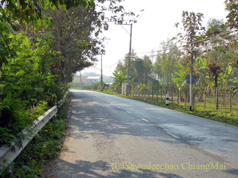 チェンマイの第3環状道路の先のピン川右岸の道