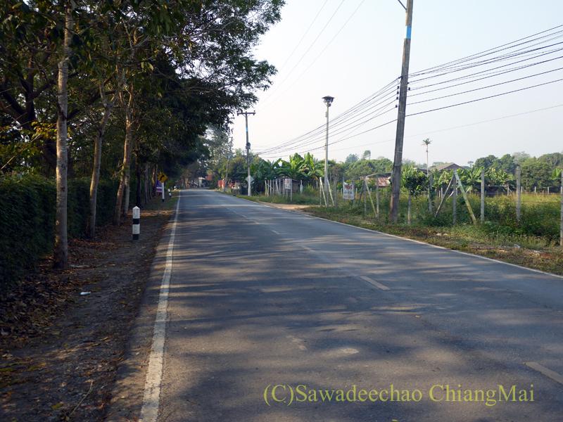 チェンマイのピン川右岸の道のソプメーカーの村の先の道路状態