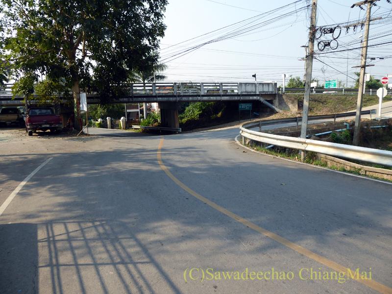 チェンマイのピン川右岸の道と国道1015号線との立体交差
