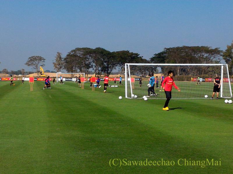 チェンマイ東部郊外にあるアルパインゴルフリゾートのサッカー場での練習風景