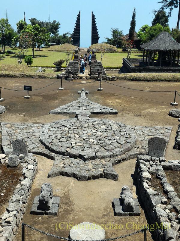 インドネシアのジャワ島にあるヒンドゥー遺跡、チュト寺院の広場の風景