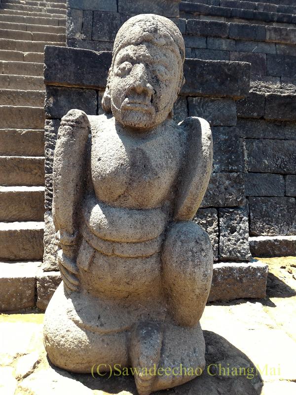 インドネシアのジャワ島にあるヒンドゥー遺跡、チュト寺院の門番の石像