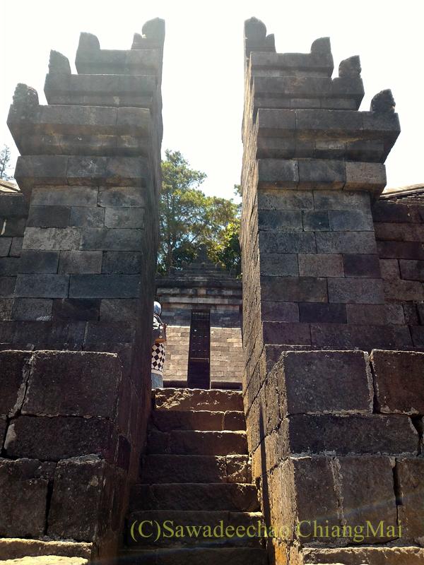 インドネシアのジャワ島にあるヒンドゥー遺跡、チュト寺院の3つ目の石門