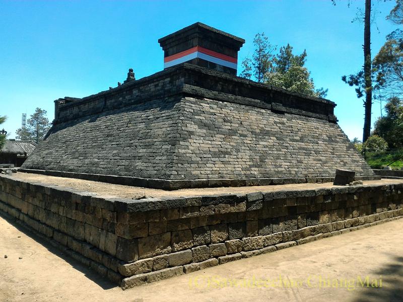 インドネシアのジャワ島にあるヒンドゥー遺跡、チュト寺院の儀式場のようなもの