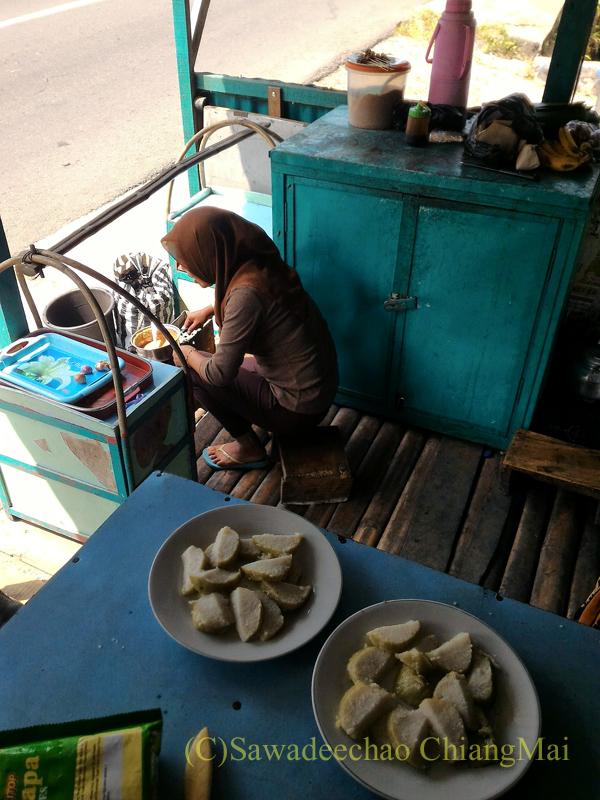 インドネシアのラウ山麓にあるウサギ肉のサテを食べた店のキッチン