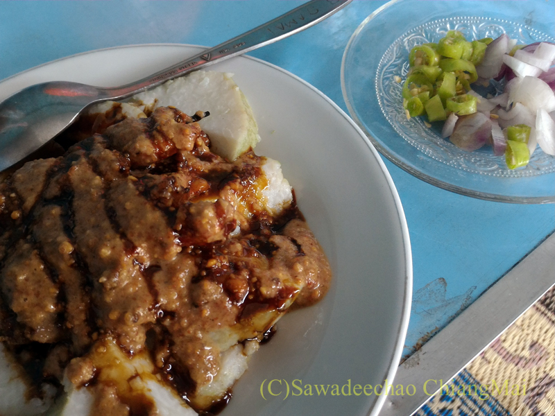 インドネシアのラウ山麓にある店で食べたリス肉のサテ