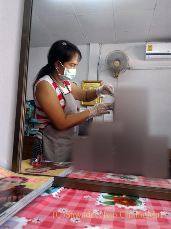 タイ北部の街チェンマイにある美容室での白髪染めの様子