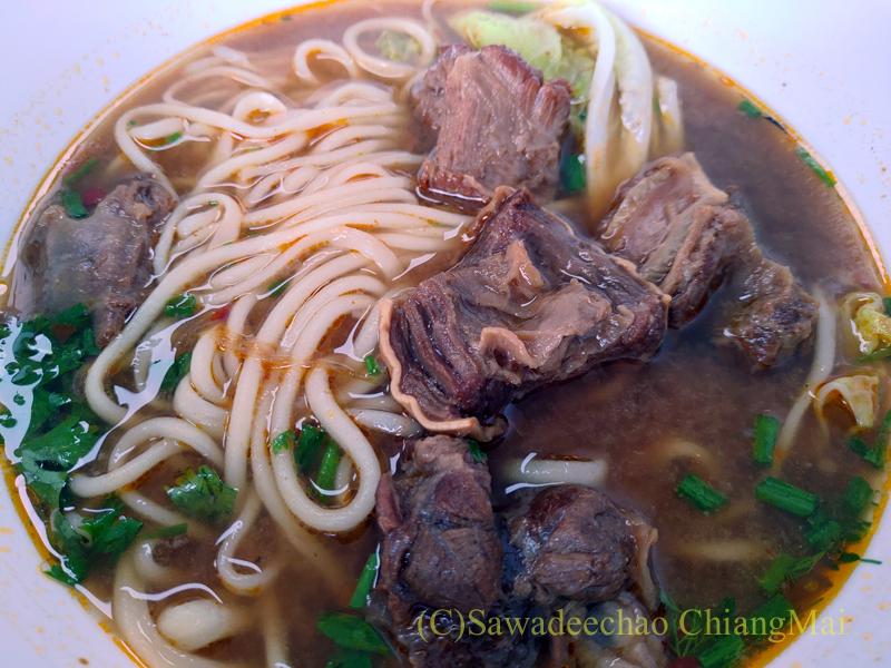 チェンマイにある雲南&台湾料理のフアリンレストランの紅焼牛肉麺