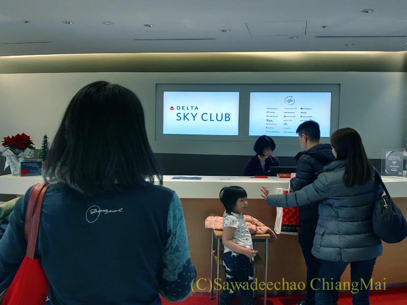 成田空港のデルタ航空ラウンジ「デルタスカイクラブ」のレセプション