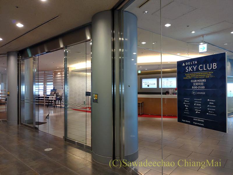 成田空港のデルタ航空ラウンジ「デルタスカイクラブ」入口