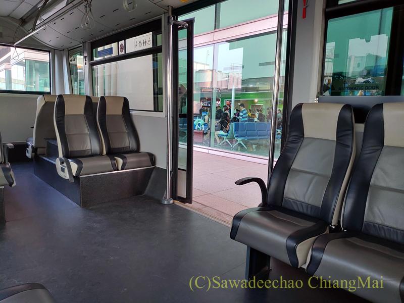 ベトナム・ホーチミンシティ空港の搭乗機へと移動するバス