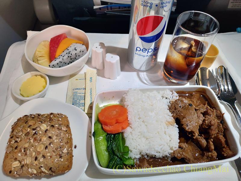 ベトナム航空VN607便のビジネスクラスで出た機内食全景