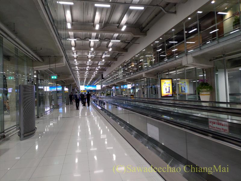 バンコク・スワンナプーム空港の到着ロビー通路