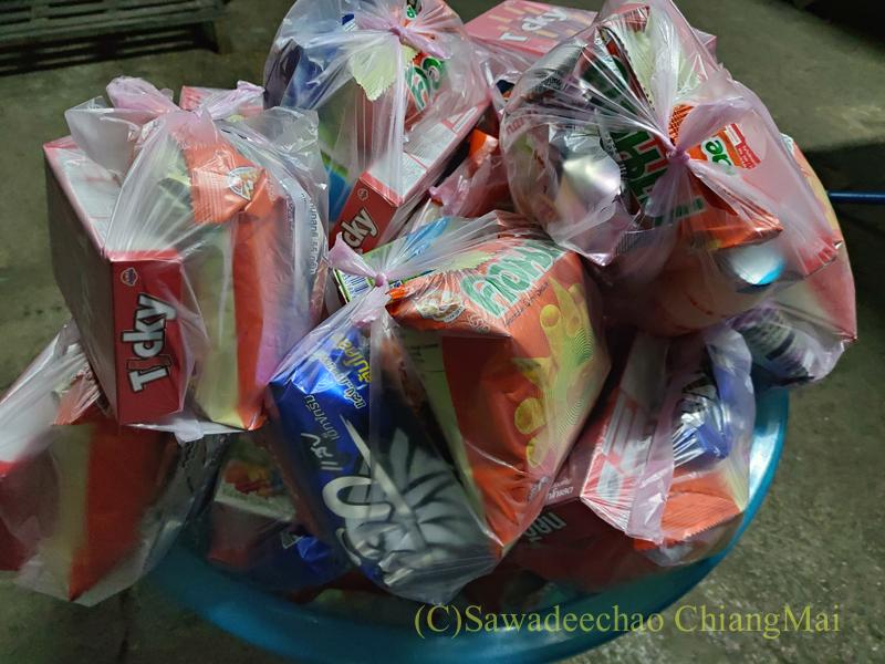 チェンマイの元旦の特別タムブン用の托鉢布施用の飲食物の袋