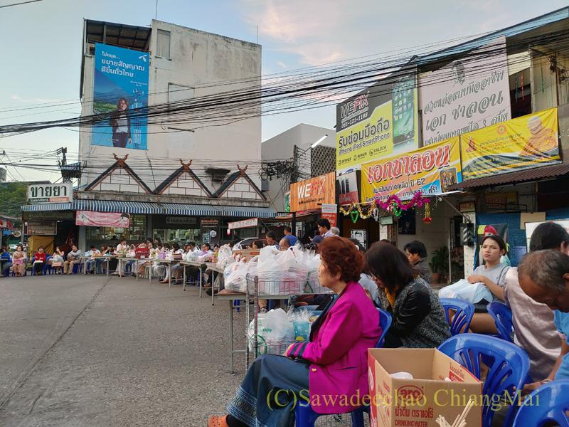 チェンマイの元旦の特別タムブンに参加するため集まった人々