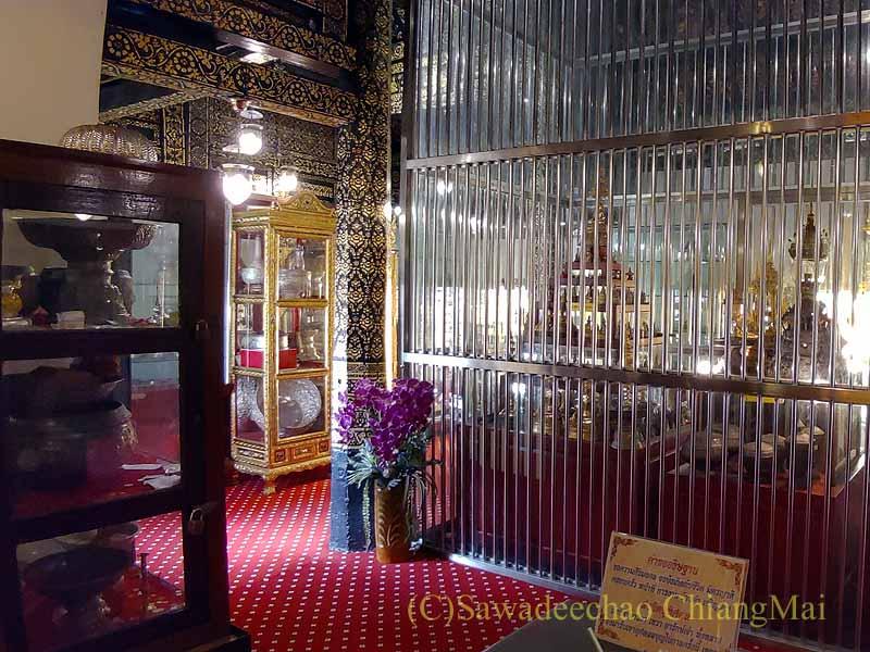 チェンマイ郊外にある寺院ワットプラタートシーチョムトーンの本堂奥の収蔵品