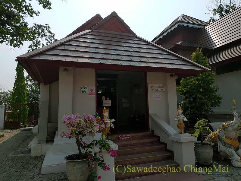 チェンマイ郊外の寺院ワットプラタートシーチョムトーンの博物館入口