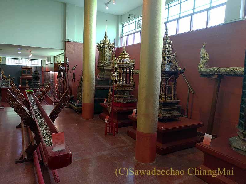 チェンマイ郊外の寺院ワットプラタートシーチョムトーンの博物館内部概観